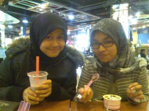while waiting for the movie..mkn2 and lepak2 time..