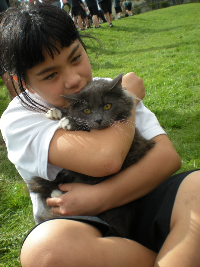 this girl has a very beautiful pair of eyes~and a fluffy cat too..