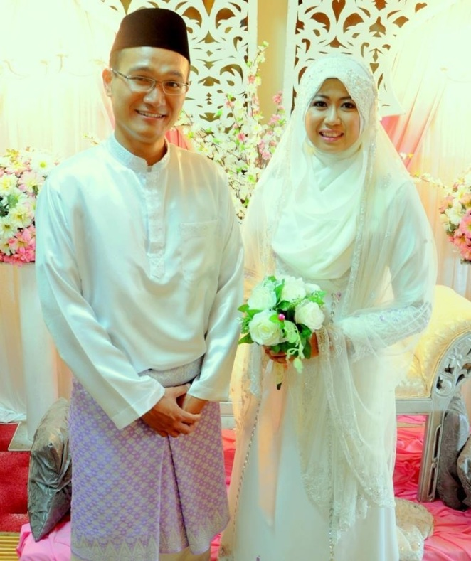 Adhwa & Suffian after the solemnization..wa, sorry! tak ada gambar yang amek sendiri..aku copy from fb kau ye :)